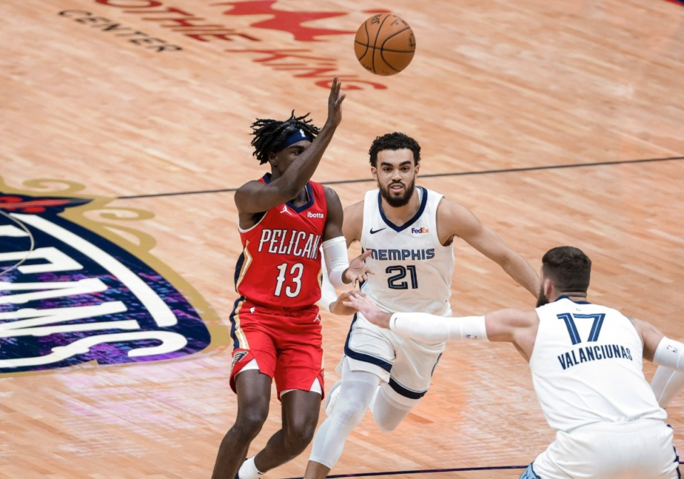 <strong>New Orleans Pelicans guard Kira Lewis Jr. (13) throws an alley-oop pass as Memphis Grizzlies guard Tyus Jones (21) and center Jonas Valanciunas (17) defend during the first quarter of an NBA basketball game in New Orleans, Saturday, Feb. 6, 2021.</strong>&nbsp;(Derick Hingle/AP)