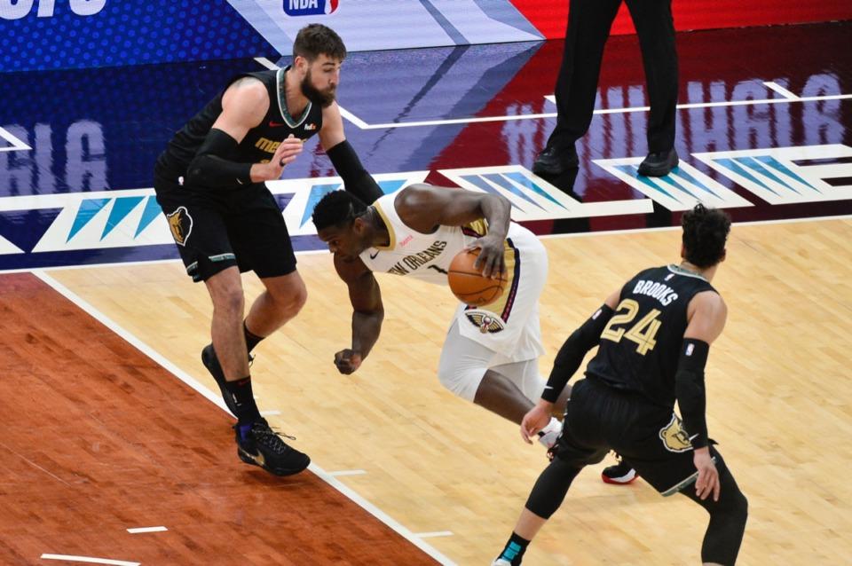 <strong>New Orleans Pelicans forward Zion Williamson (1) drives against Grizzlies center Jonas Valanciunas on Feb. 16, 2021, at FedExForum.</strong> (Brandon Dill/AP)