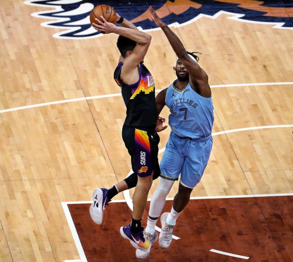 <strong>Memphis Grizzlies forward Justise Winslow (7) guards Phoenix Suns guard Devin Booker (1) during a Feb. 20, 2021 game at the FedExForum.</strong> (Patrick Lantrip/Daily Memphian)