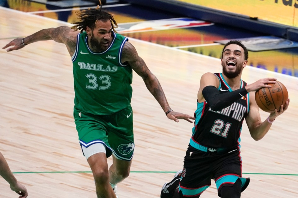 <strong>The Grizzlies' Tyus Jones breaks to the basket in Dallas, Monday, Feb. 22, 2021, with&nbsp;Dallas Mavericks' Willie Cauley-Stein (33) in pursuit.</strong> (Tony Gutierrez/AP)