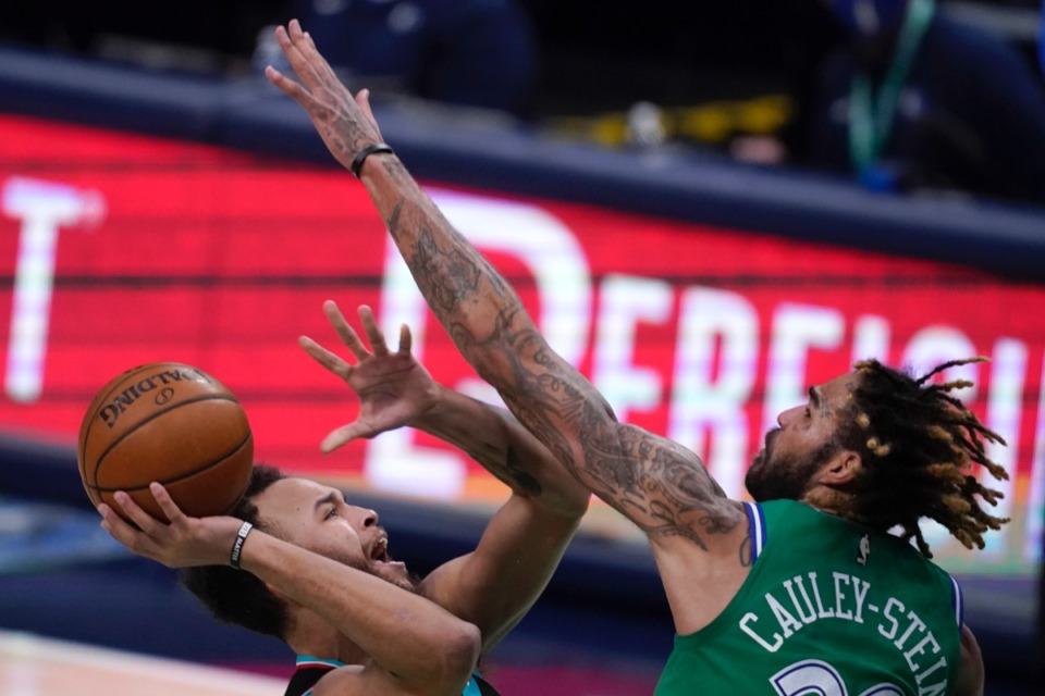 <strong>Memphis&rsquo; Kyle Anderson, left, attempts a shot as Dallas' Willie Cauley-Stein (33) defends on Feb. 22, 2021.</strong> (Tony Gutierrez/AP)