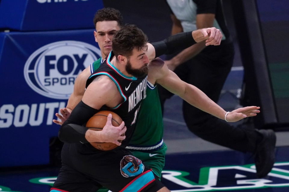 <strong>Memphis Grizzlies' Jonas Valanciunas battles Dallas Mavericks' Dwight Powell, rear, trying to get to the basket for a shot on Monday, Feb. 22, 2021. Valanciunas was charged with an offensive foul on the play.</strong>&nbsp;(Tony Gutierrez/AP)