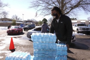 <strong>Thousands of bottles of water are given away on Sunday, Feb. 21, 2021. The City Council has ordered car washes to close for the duration of the boil-water advisory.</strong> (Karen Pulfer Focht/AP)