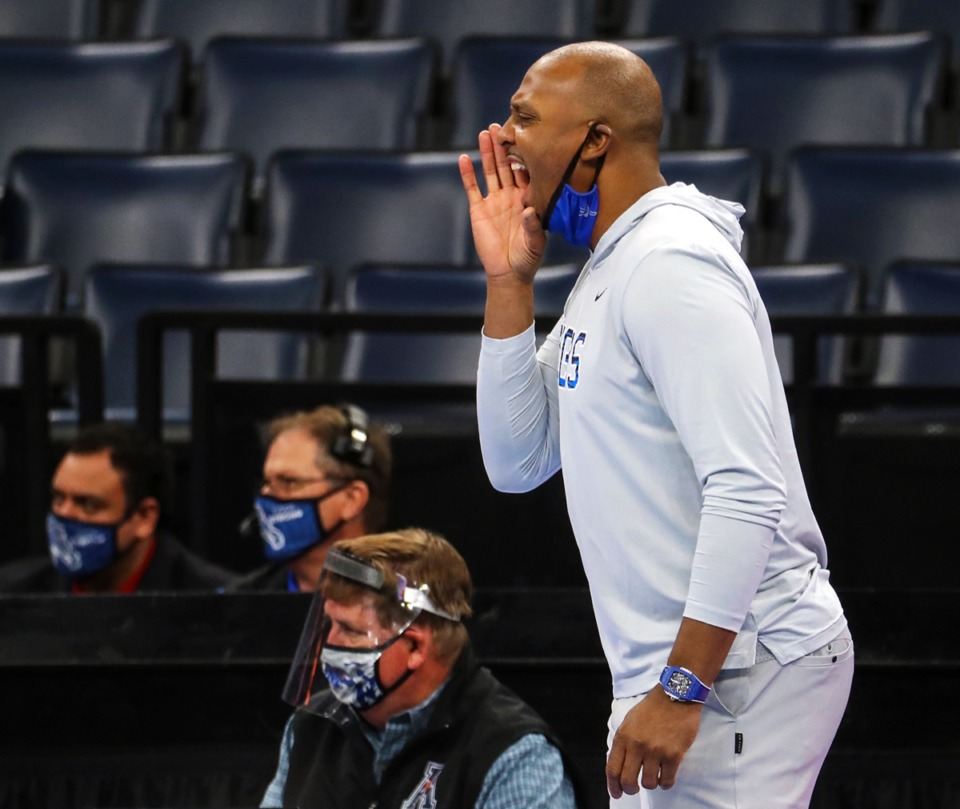 <strong>University of Memphis head coach Penny Hardaway gets his team's attention during the Feb. 24 game against Tulane.</strong> (Patrick Lantrip/Daily Memphian)