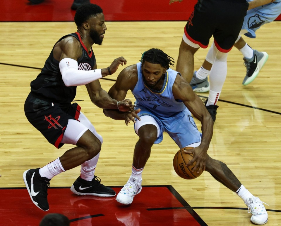 <strong>Memphis Grizzlies forward Justise Winslow (7) dribbles as Houston Rockets guard David Nwaba (2) defends during the fourth quarter of an NBA basketball game Sunday, Feb. 28, 2021, in Houston.</strong> (Troy Taormina/AP)