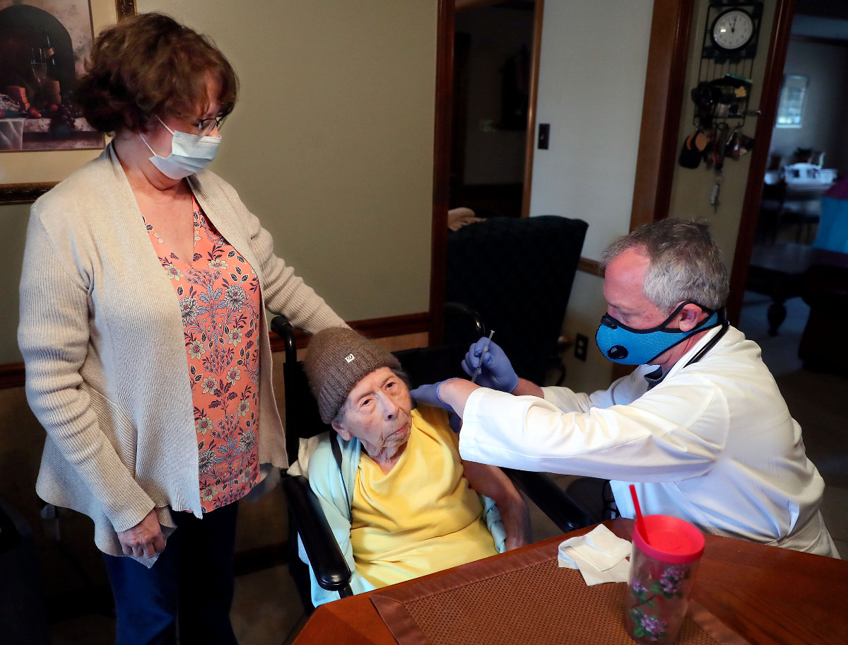 <strong>Dr. David Weber (center) prepares to give Mary Rizzo a COVID-19 vaccine while her daughter, Joanne Lindberg, looks on March 10, 2021.</strong> (Patrick Lantrip/Daily Memphian)