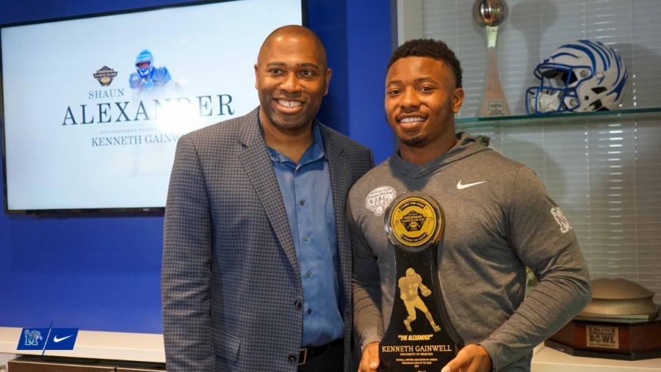 <strong>Memphis running back Kenneth Gainwell (right) is presented the 2019 Shaun Alexander Award for the nation&rsquo;s top freshman player, by Shaun Alexander.</strong>&nbsp;(Courtesy of&nbsp;Marcus Tompkins/Memphis Athletics)