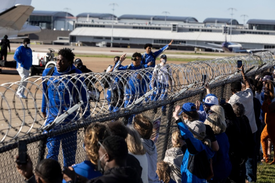 <strong>Fans welcome the Memphis Tigers men&rsquo;s basketball team home after the Tigers won the NIT championship against the Mississippi State Bulldogs.</strong> (Brad Vest/ Special to The Daily Memphian)