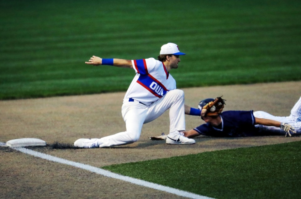 <strong>MUS third baseman Clarkson Shoaf tags a St. Benedict runner on April 6.</strong> (Patrick Lantrip/Daily Memphian)