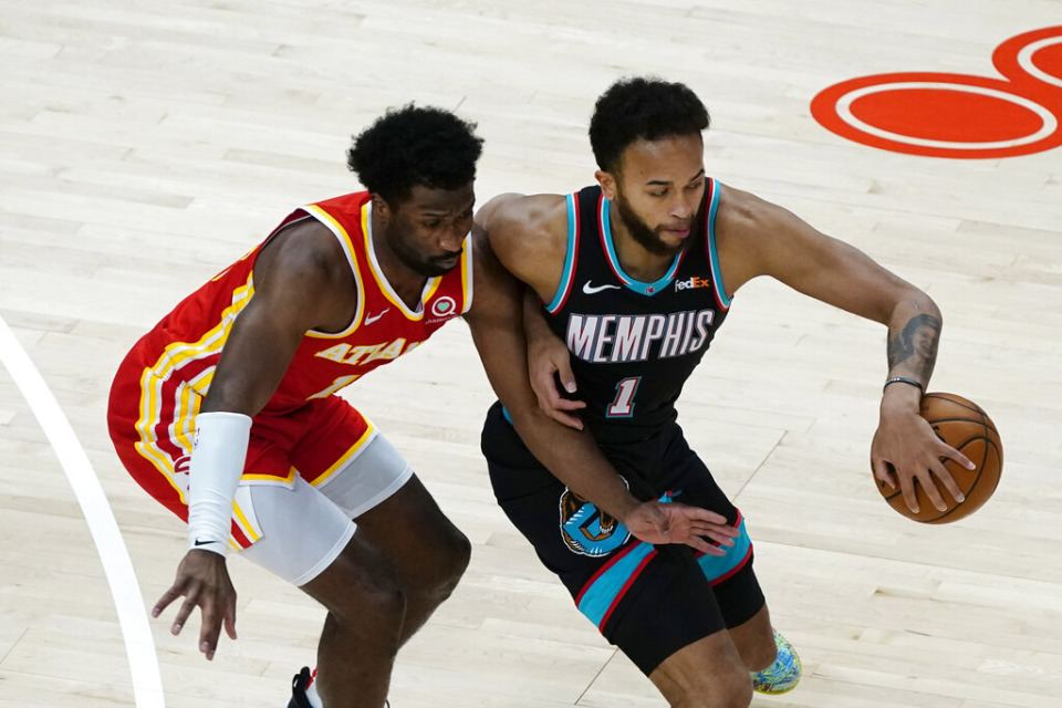 <strong>Memphis Grizzlies forward Kyle Anderson (1) works against Atlanta Hawks forward Solomon Hill (18) in the first half of an NBA basketball game Wednesday, April 7, 2021, in Atlanta.</strong> (AP Photo/John Bazemore)