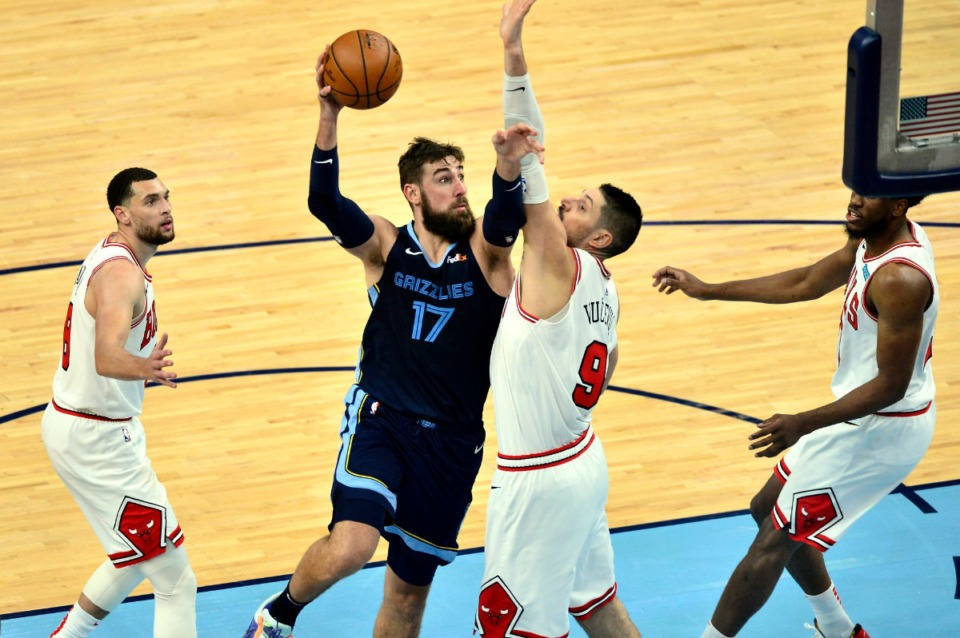 <strong>Jonas Valanciunas scored 10 points in the final seven minutes to lead the Grizzlies to a win over Nikola Vucevic and the Chicago Bulls.</strong> (Brandon Dill/AP)