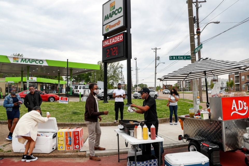 <strong>Customers line up in front of A.D.&rsquo;s food cart to sample smash burgers and hot dogs on April 13 Downtown.</strong> (Mark Weber/The Daily Memphian)