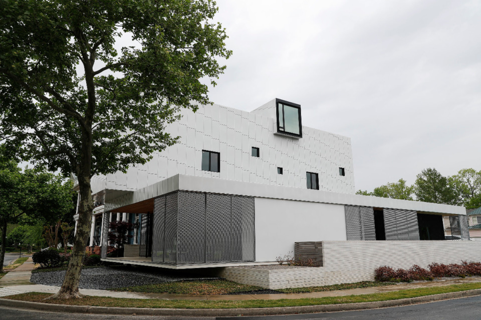 <strong>Glass comprises just 16 percent of the home&rsquo;s walls compared to the normal 25 percent. But its windows are strategically placed for views, especially on the ground floor.</strong>&nbsp;(Mark Weber/The Daily Memphian)