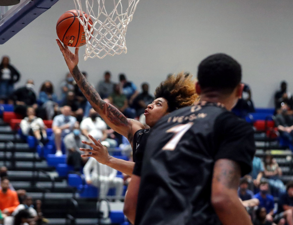 <strong>JD Davison catches a pass from Paolo Banchero (1) during the 2021 Iverson Classic at Bartlett High May 8, 2021.</strong> (Patrick Lantrip/Daily Memphian)