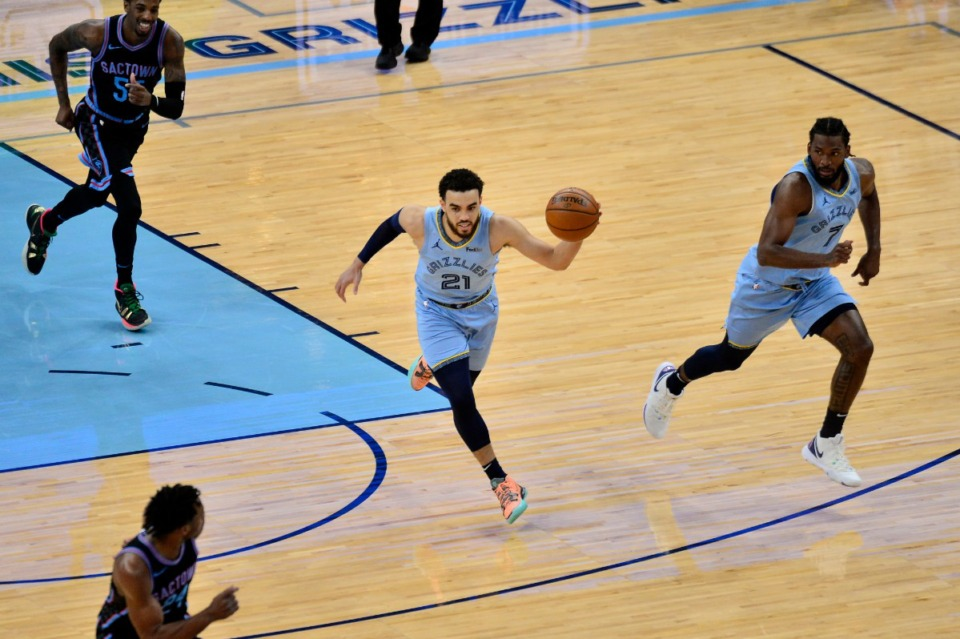 <strong>Memphis Grizzlies guard Tyus Jones (21) brings the ball up court in the first half of an NBA basketball game against the Sacramento Kings Friday, May 14, 2021, at FedExForum.</strong> (Brandon Dill/AP)