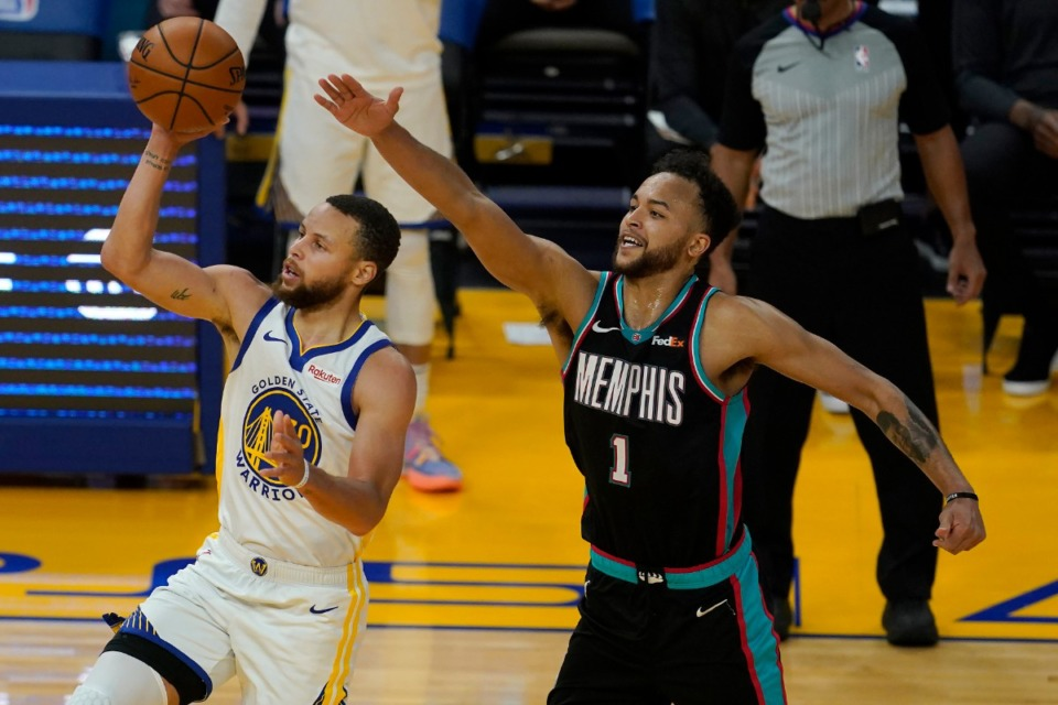 <strong>Golden State Warriors guard Stephen Curry, left, shoots against Memphis Grizzlies forward Kyle Anderson (1) during the second half of an NBA basketball game in San Francisco, Sunday, May 16, 2021.</strong> (Jeff Chiu/AP)