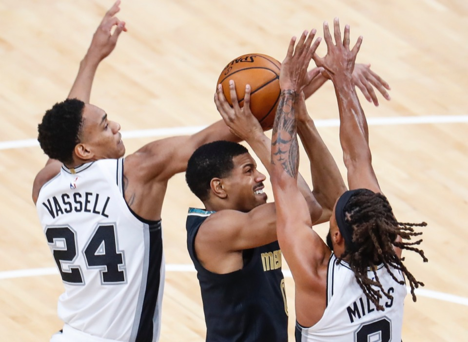 <strong>Grizzlies guard De'Anthony Melton (middle) drives to the basket against San Antonio&rsquo;s Devin Vassell (left) and Patty Mills (right) on May 19, 2021.</strong> (Mark Weber/The Daily Memphian)