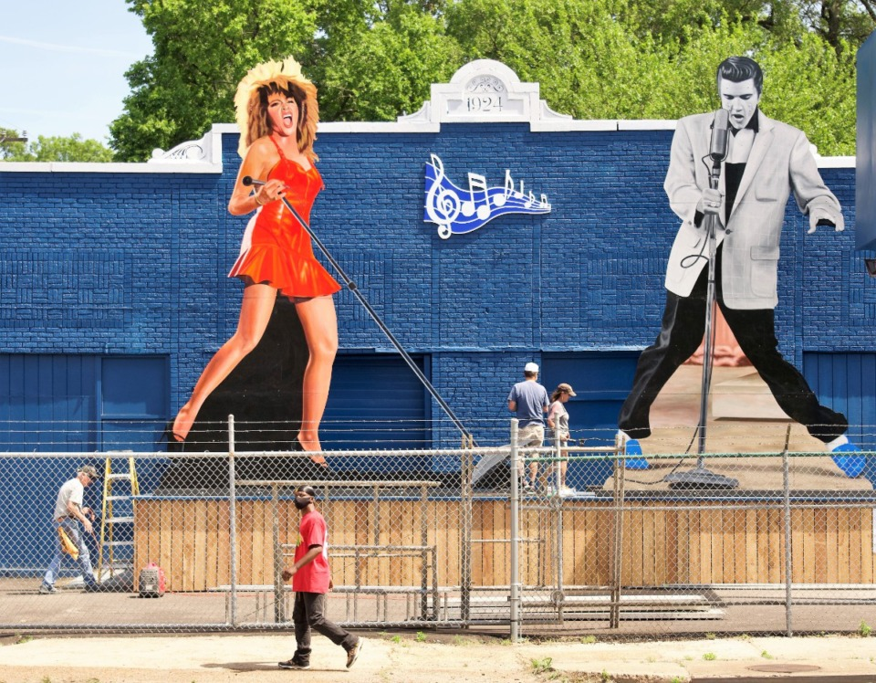 <strong>By late morning Friday, May 21, the Tina Turner image had been erected and the installation was nearly complete.</strong>&nbsp;<strong>Artist John Cerney is to the left, by the ladder.</strong> (Tom Bailey/Daily Memphian)