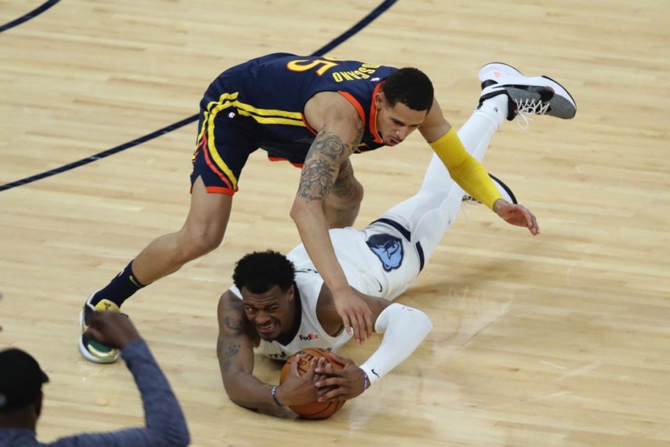 <strong>Grizzlies center Xavier Tillman Sr., bottom, dives for the ball against Golden State&rsquo;s Juan Toscano-Anderson, top, during the Western Conference play-in game in San Francisco, Friday, May 21, 2021.</strong> (Jed Jacobsohn/AP)