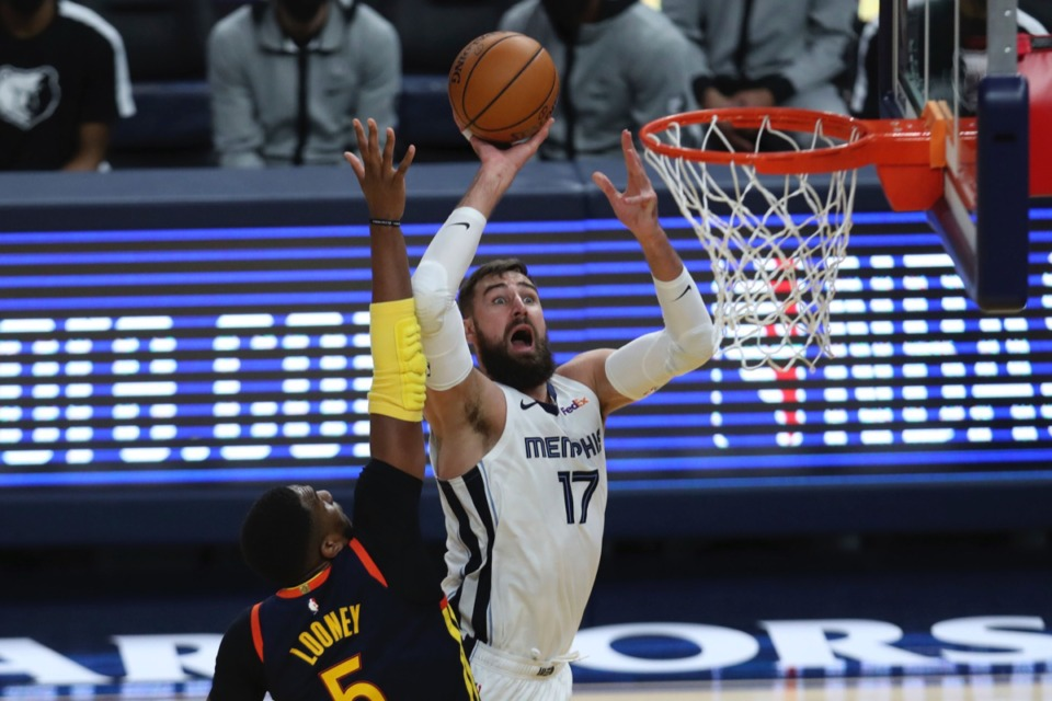 <strong>Grizzlies center Jonas Valanciunas (17) shoots against Golden State&rsquo;s Kevon Looney (5) during the Western Conference play-in game in San Francisco, Friday, May 21, 2021.</strong> (Jed Jacobsohn/AP)