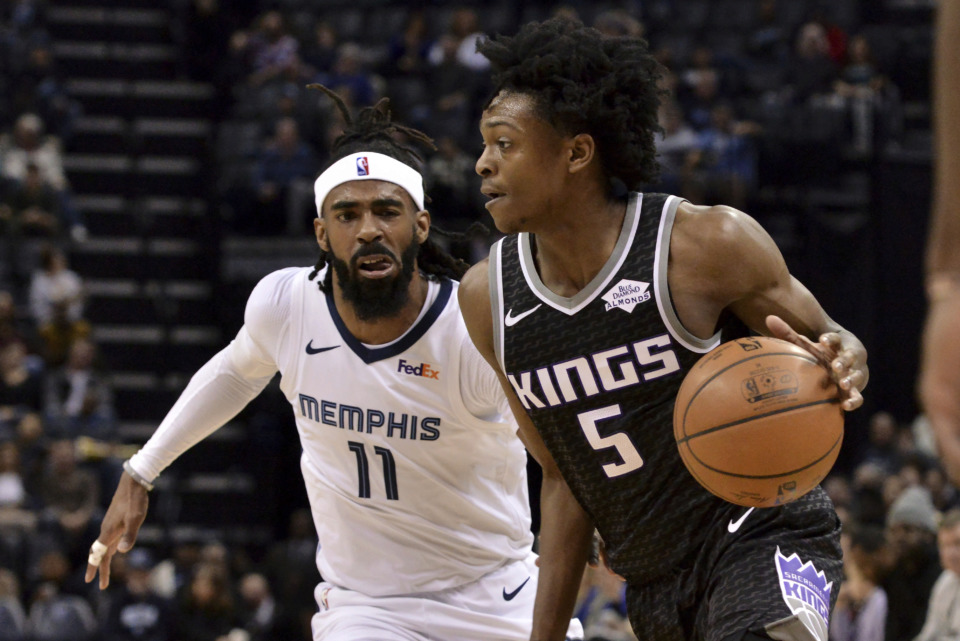 <span><strong>Sacramento Kings guard De'Aaron Fox (5) handles the ball ahead of Memphis Grizzlies guard Mike Conley (11) Friday, Jan. 25, 2019, at FedExForum. Fox scored a 19-footer in the last minute that helped carry the Kings to a 99-96 victory.</strong> (AP Photo/Brandon Dill)</span>