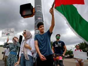 <strong>Ahmad Issa and Hala Issa stand at the intersection of Cooper Street and Young Avenue for a Free Palestine rally July 17, 2021.</strong> (Patrick Lantrip/Daily Memphian)