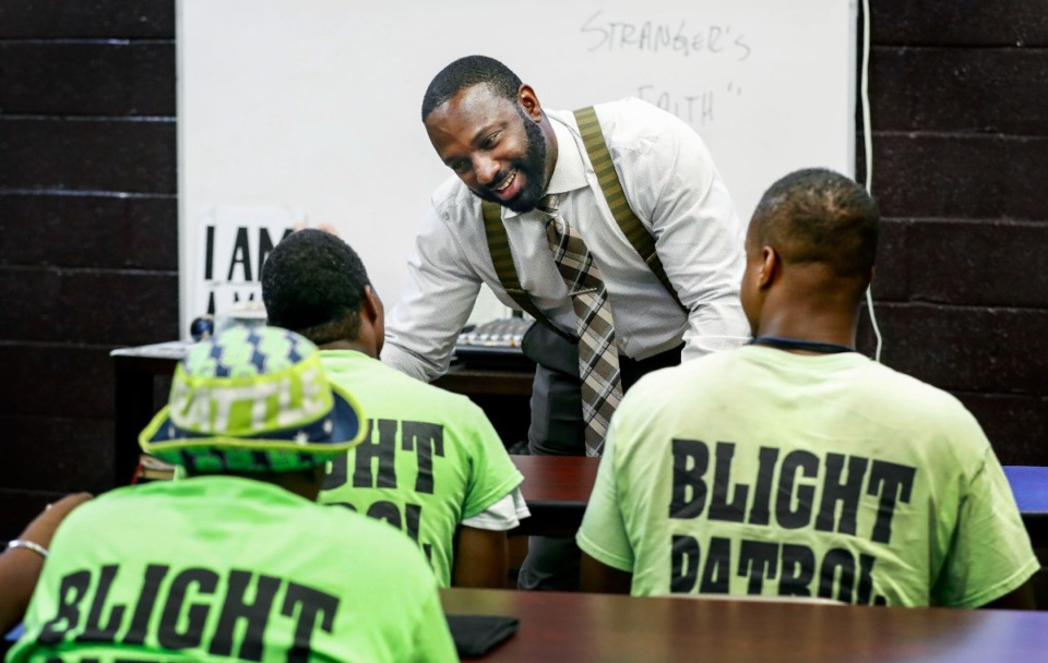 <strong>Lifeline to Success laminitis  DeAndre Brown (shown successful  2019 talking to participants successful  the program&rsquo;s Blight Patrol class) started the Frayser nonprofit with his woman  to assistance   ex-offenders. Shelby County Mayor Lee Harris has named Brown acting enforcement  manager  of the Shelby County Office of Re-Entry.</strong> (Mark Weber/Daily Memphian file)