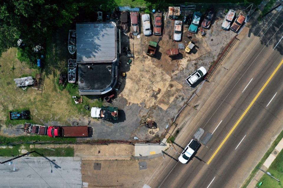 <strong>An unnamed car lot sits at the intersection of Lamar Avenue and Felix Street Sept. 9, 2020.</strong> (Patrick Lantrip/Daily Memphian file)
