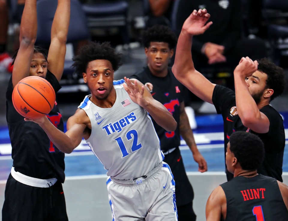 <strong>DeAndre Williams (12) passes the ball during a Jan. 21, 2021, game against Southern Methodist University at the FedExForum in Memphis, Tennessee.&nbsp;&ldquo;It&rsquo;s a lovable city and I love it here,&rdquo; Williams said of his return to Memphis. &ldquo;I feel like I&rsquo;ve got unfinished business.&rdquo;</strong> (Patrick Lantrip/Daily Memphian file)