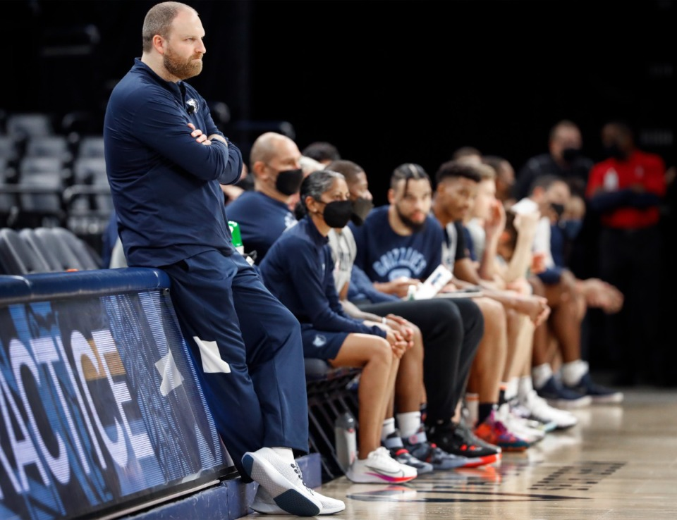 <strong>Memphis Grizzlies head coach Taylor Jenkins (left) watches scrimmage during open practice on Sunday, Oct. 3, 2021.</strong> (Mark Weber/The Daily Memphian)