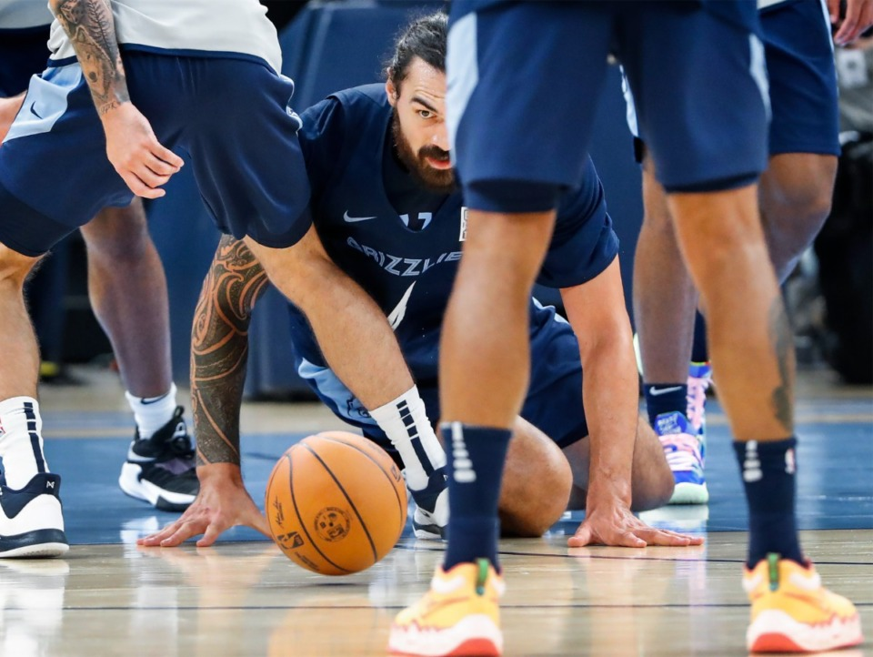 <strong>Memphis Grizzlies center Steven Adams (middle) watches a loose ball during open practice on Sunday, Oct. 3, 2021.</strong> (Mark Weber/The Daily Memphian)