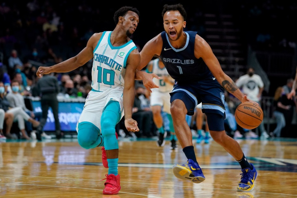 <strong>Memphis Grizzlies forward Kyle Anderson brings the ball past Charlotte&rsquo;s Ish Smith on Oct. 7, 2021, in Charlotte, North Carolina.</strong> (Chris Carlson/AP)
