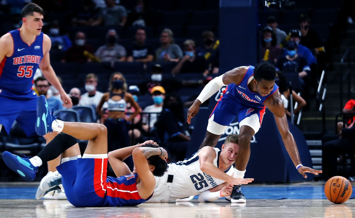 <strong>Grizzlies guard Sam Merrill (25) dives for a loose ball during the Oct. 11 preseason game against the Detroit Pistons.</strong> (Patrick Lantrip/Daily Memphian)