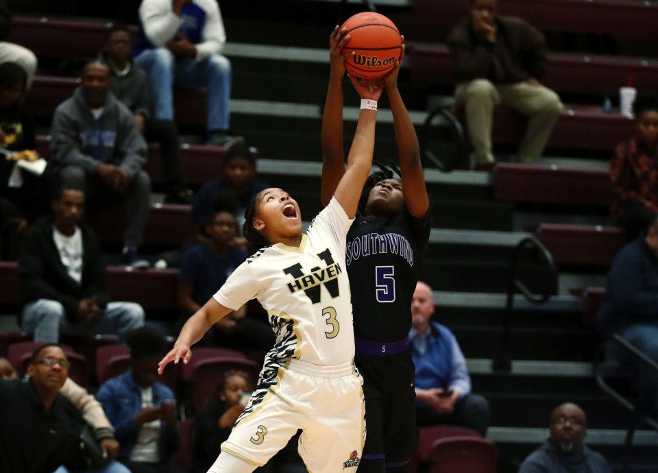 <strong>Whitehaven's Se'Quoia Allmond (3) led her team to a 58-39 victory over Southwind and YaYa Coleman in the Region 8-AAA semifinals Monday at Collierville.</strong> (Houston Cofield/Daily Memphian)