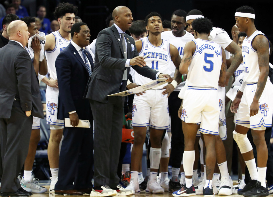 <strong>Memphis Tigers' coach Penny Hardaway talks to his team during a timeout.</strong> (Karen Pulfer Focht/Special to the Daily Memphian)