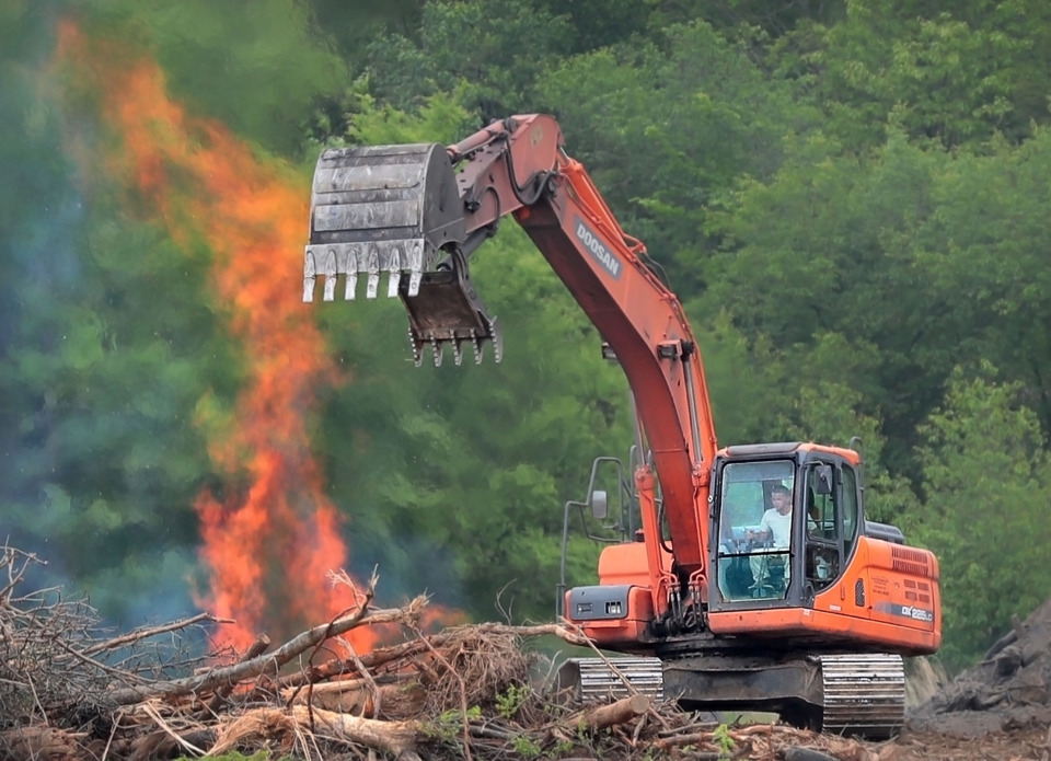C<strong>rews clear away trees and brush as development of the 161-acre Lake District mixed-use community begins near the I-40/Canada Road exit.</strong>&nbsp;(Jim Weber/Daily Memphian)