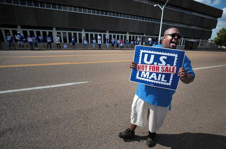 <strong>Postal worker Chadwick Grayson triesto get the attention of passing cars while protesting in front of the Main Post Office on October 8, 2018. Memphis postal workers rallied in opposition to President Donald Trump's proposal to privatize the Postal Service.</strong> (Jim Weber/Daily Memphian)