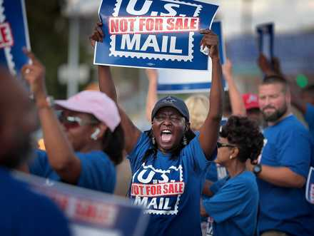 <strong>Postal worker Betty Stricklen (center) tries to get the attention of passing cars while protesting in front of the Main Post Office on October 8, 2018. Memphis postal workers rallied in opposition to President Donald Trump's proposal to privatize the Postal Service. </strong>(Jim Weber/Daily Memphian)